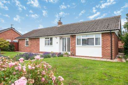 3 Bedrooms Bungalow for sale in Sedgeley Close, Tuffley, Gloucester, Gloucestershire