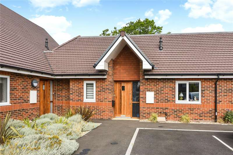 2 Bedrooms Bungalow for sale in Blenheim Court, Farnham Road, Liss, Hampshire, GU33