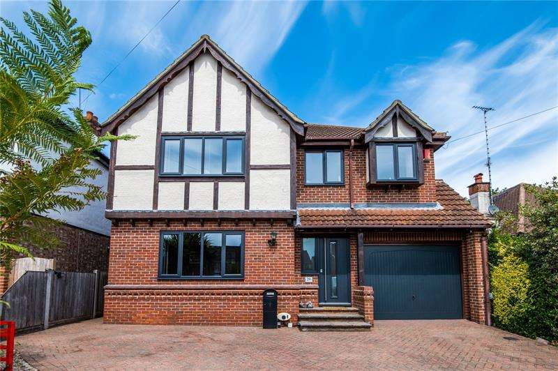 5 Bedrooms Detached House for sale in Eastwood Old Road, Leigh-On-Sea, Essex, SS9