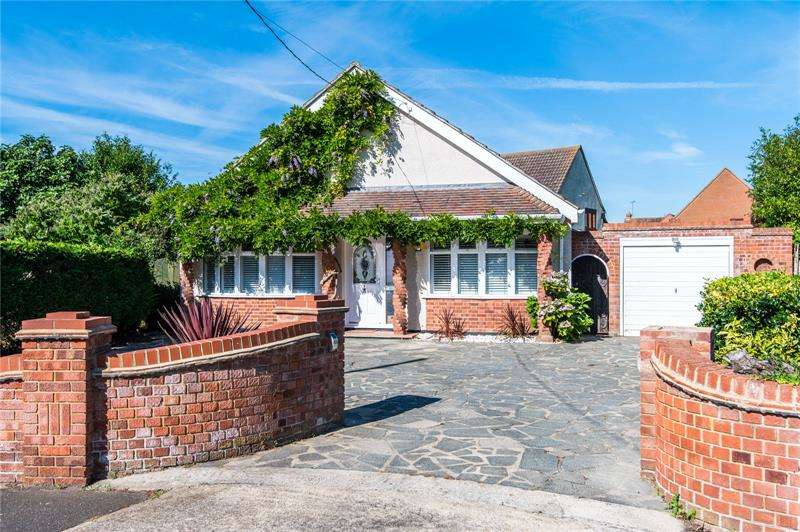 5 Bedrooms Detached House for sale in Hadleigh Park Avenue, Benfleet, Essex, SS7