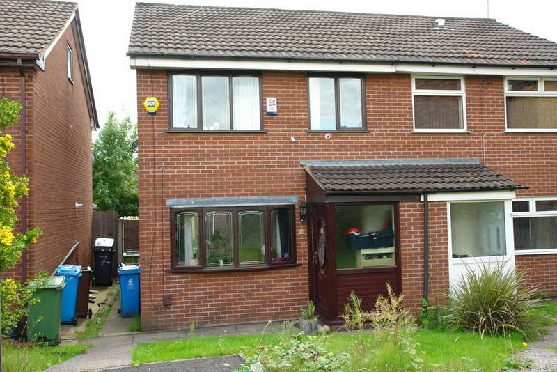 3 Bedrooms Semi Detached House for sale in Fountains Walk, Chadderton, Oldham