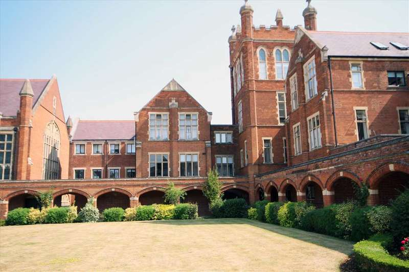 2 Bedrooms Flat for sale in Royal Connaught Park, Bushey, WD23.