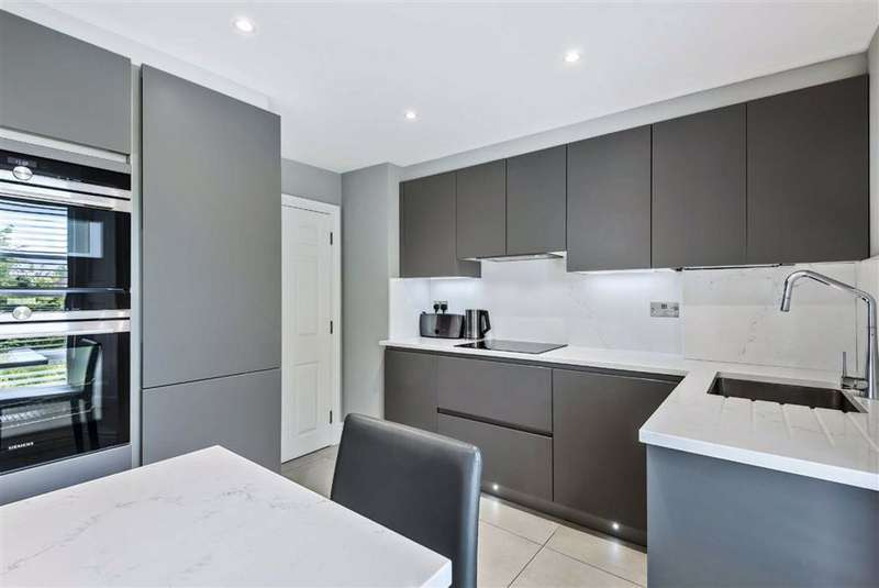 2 Bedrooms Flat for sale in Gatcombe Way, Cockfosters, Hertfordshire