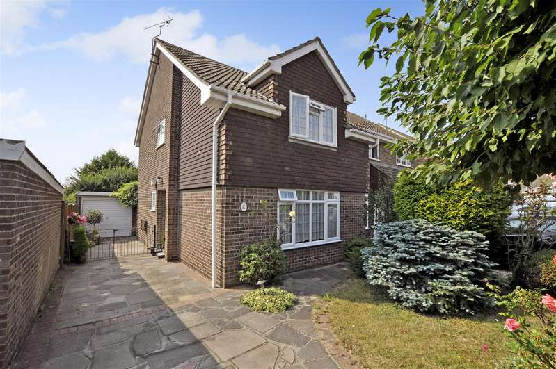 3 Bedrooms Semi Detached House for sale in Oak Walk, Benfleet