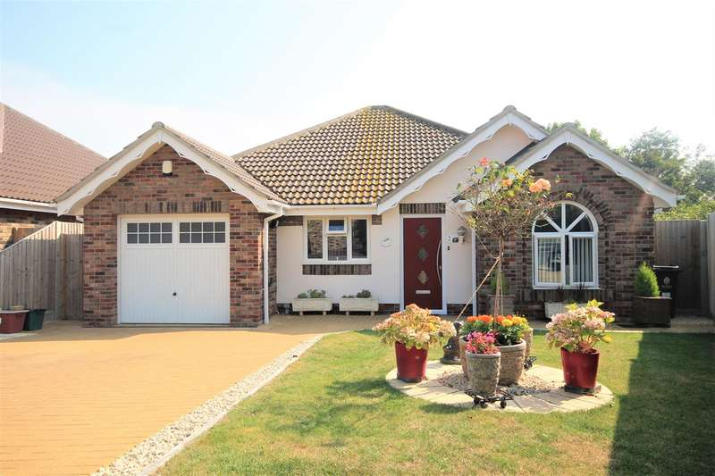 3 Bedrooms Bungalow for sale in Park Mews, Clacton on Sea