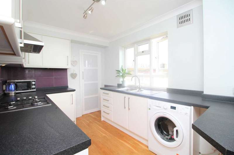 3 Bedrooms Flat for sale in Station Road, West Horndon