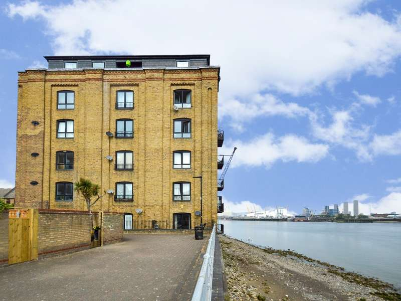 2 Bedrooms Flat for rent in Storers Quay, Canary Wharf E14