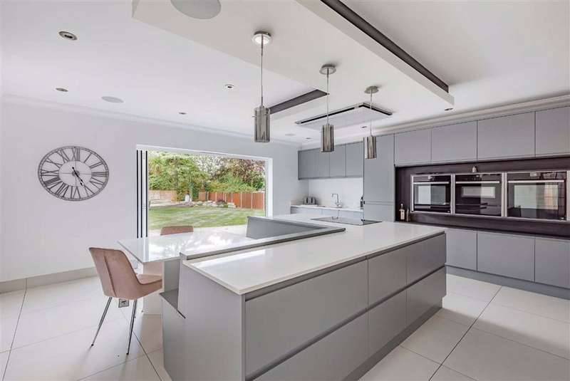 4 Bedrooms Detached House for sale in Parkgate Crescent, Hadley Wood, Hertfordshire