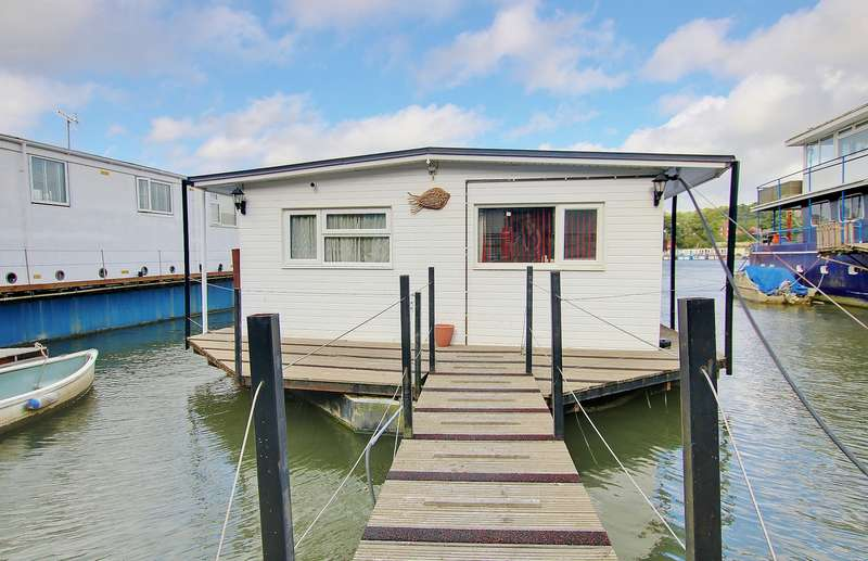 2 Bedrooms House Boat Character Property for sale in HOUSEBOAT! WHAT A VIEW! A MUST SEE!