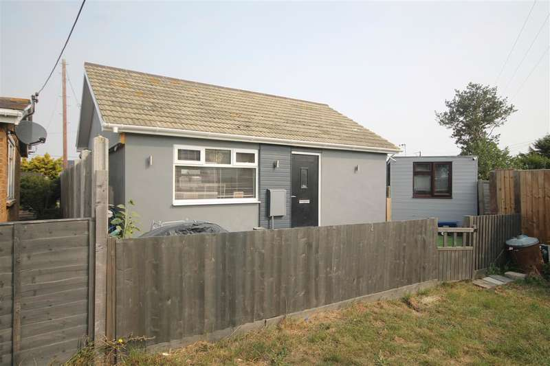 2 Bedrooms Bungalow for sale in Colne Way, Point Clear Bay