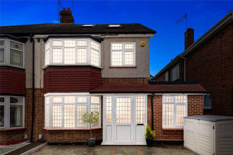 4 Bedrooms Semi Detached House for sale in Gilbert Road, Romford, RM1
