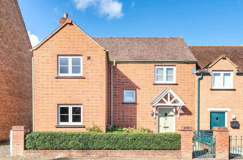 3 Bedrooms Semi Detached House for sale in Stonehenge Road, Swindon, Wiltshire, SN1