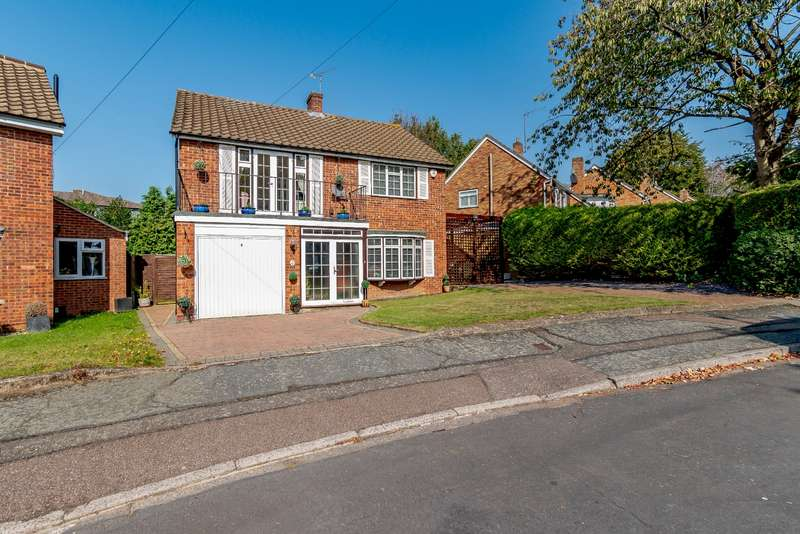 4 Bedrooms Detached House for sale in Mandeville Close, Watford, Hertfordshire, WD17