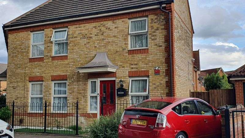 2 Bedrooms Property for sale in Foxglove Road, Romford
