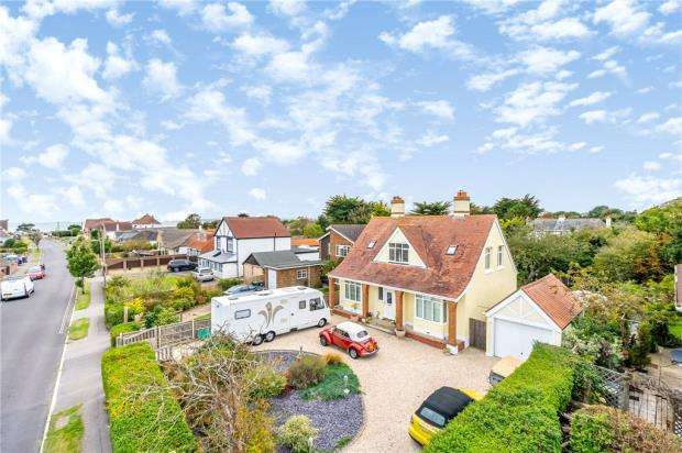 5 Bedrooms Detached House for sale in Chichester Avenue, Hayling Island