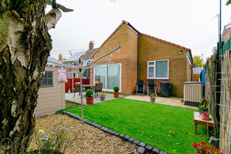 2 Bedrooms Detached Bungalow for sale in Elmfield Avenue, Atherton, Manchester