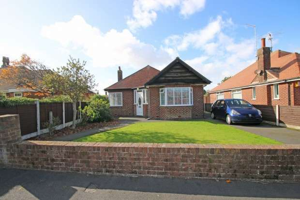 2 Bedrooms Bungalow for sale in Meadows Avenue, Thornton-Cleveleys, FY5