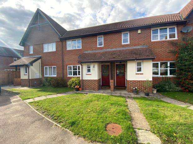 3 Bedrooms Terraced House for sale in Grensell Close, Eversley, Hook