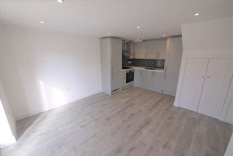 2 Bedrooms Apartment Flat for rent in Skyline Court, High Street, Ongar, CM5
