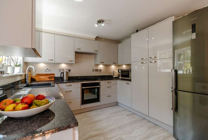 3 Bedrooms Terraced House for rent in Sherriff Close, Esher, KT10