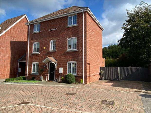 5 Bedrooms Detached House for sale in Knightwood Close, Farnborough