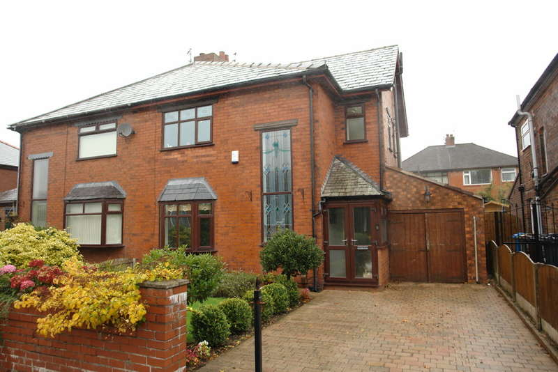 3 Bedrooms Semi Detached House for sale in The Avenue, Shaw, Oldham