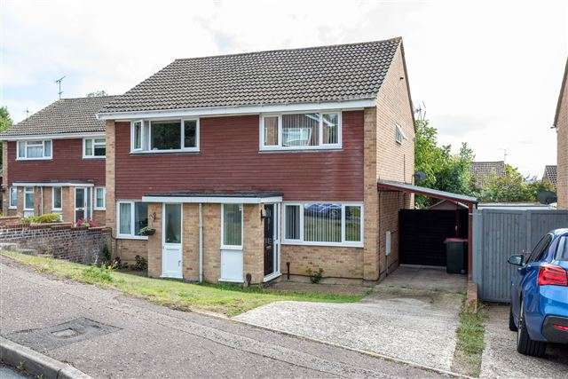 2 Bedrooms Semi Detached House for sale in Gossops Green, Crawley