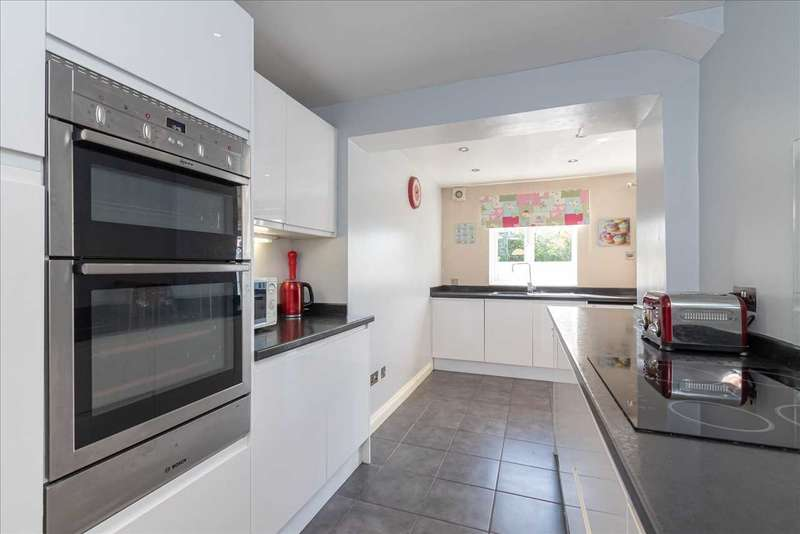 3 Bedrooms Terraced House for sale in Powell Close, Aylesford. ME20 7BW