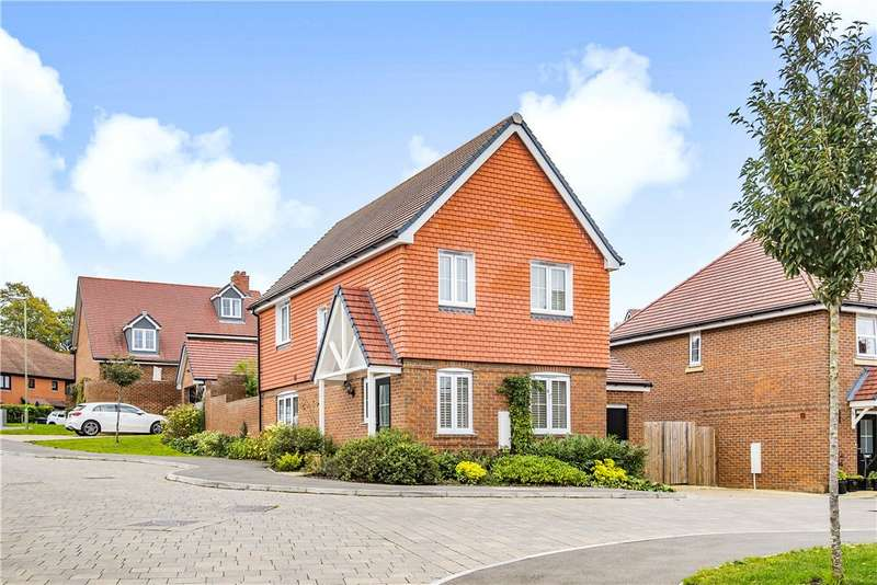 3 Bedrooms Detached House for sale in Tudgey Gardens, Crookham Village, Fleet, GU51