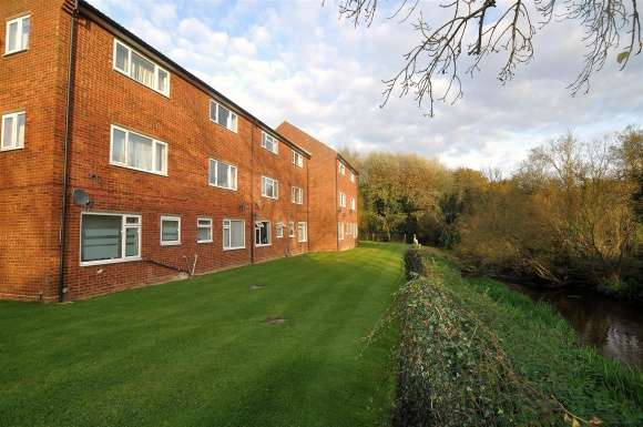 2 Bedrooms Maisonette Flat for sale in Icknield Close, Ickleford, Hitchin