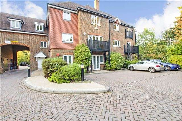 2 Bedrooms Flat for rent in Copthorne, Crawley