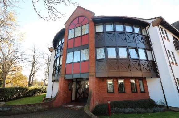 2 Bedrooms Flat for rent in Park Court, Letchworth