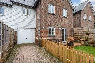 3 Bedrooms Terraced House for sale in Broomfield, Bells Yew Green, Tunbridge Wells, East Sussex