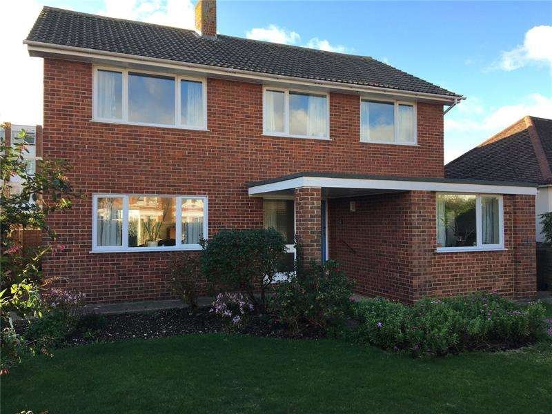 4 Bedrooms Detached House for sale in Cambridge Road, Lee-On-The-Solent, Hampshire, PO13