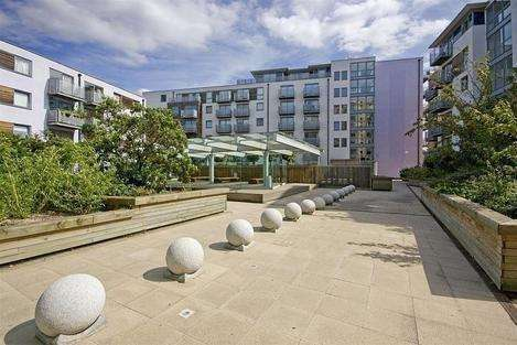 2 Bedrooms Flat for rent in Deals Gateway, London SE13
