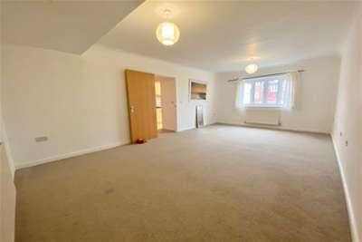 2 Bedrooms Flat for rent in Horsham