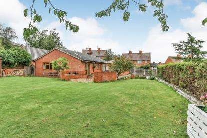 3 Bedrooms Bungalow for sale in Upper Wortley Road, Thorpe Hesley, Rotherham, South Yorkshire