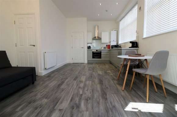 2 Bedrooms Flat for rent in Wincolmlee, Hull, HU2