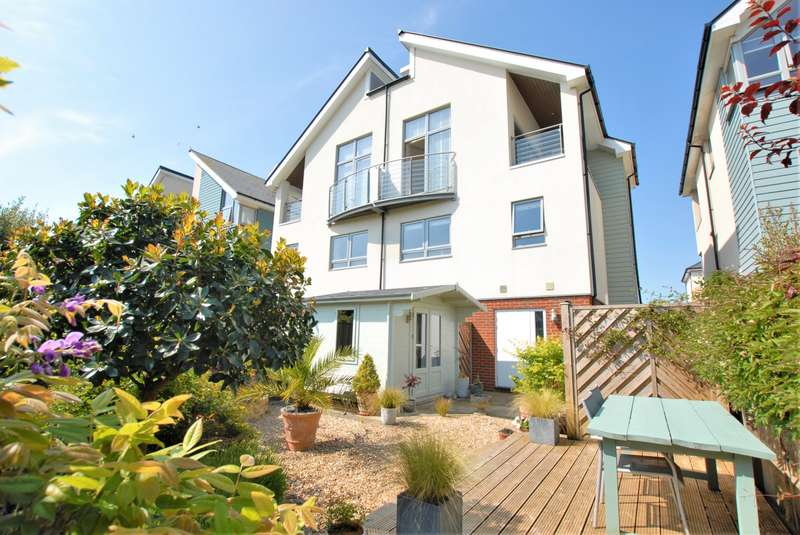 3 Bedrooms Semi Detached House for sale in Moncrieff Gardens, Hythe, CT21