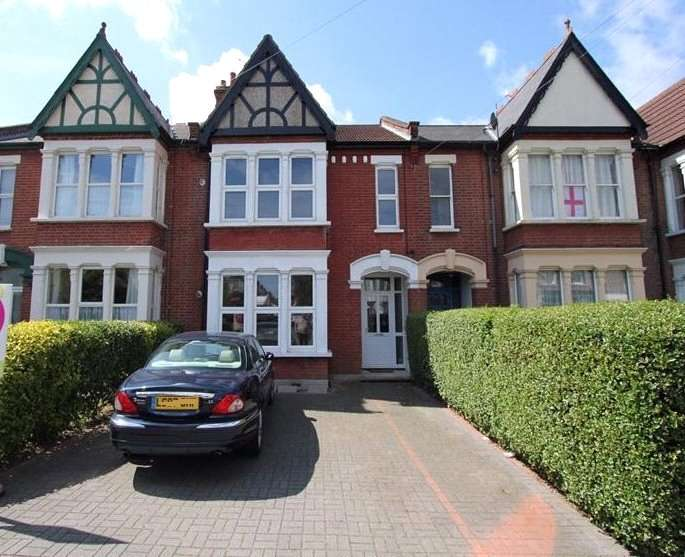 2 Bedrooms Flat for rent in Finchley Road, Westcliff-on-Sea, SS0