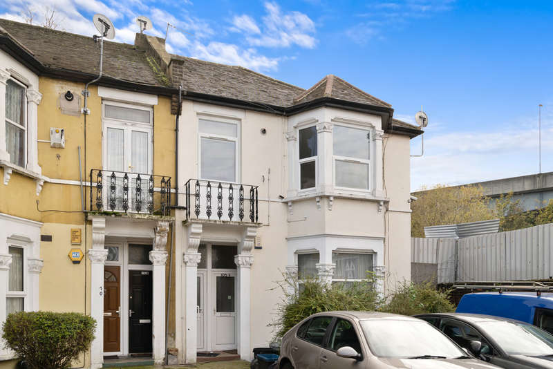 2 Bedrooms Flat for sale in York Road, Ilford