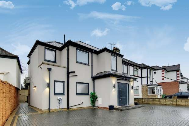 5 Bedrooms Semi Detached House for sale in Queens Walk, London, NW9