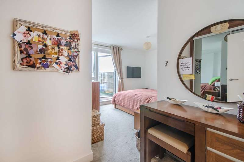 3 Bedrooms Flat for sale in Adenmore Road, Catford, SE6