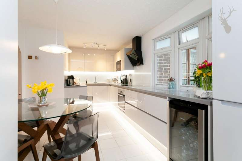 3 Bedrooms Flat for sale in Grove Road, London
