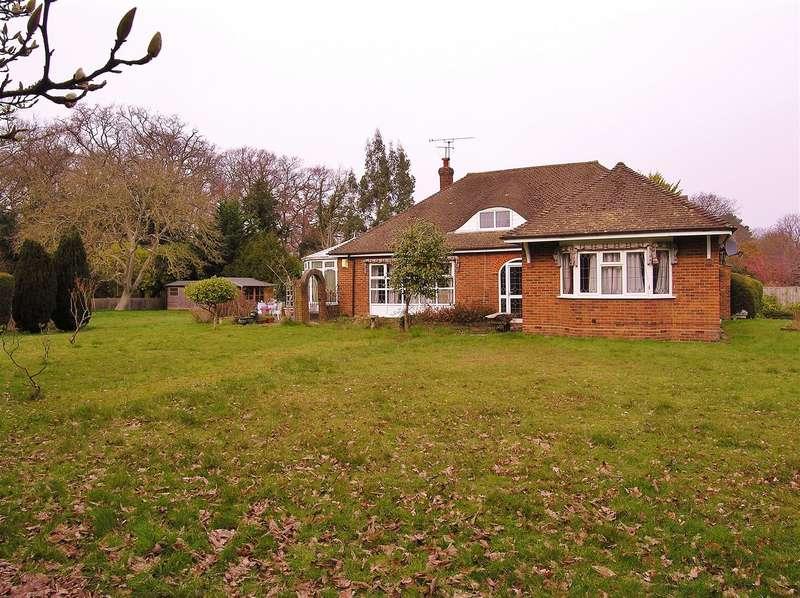 3 Bedrooms Detached Bungalow for sale in Knaphill