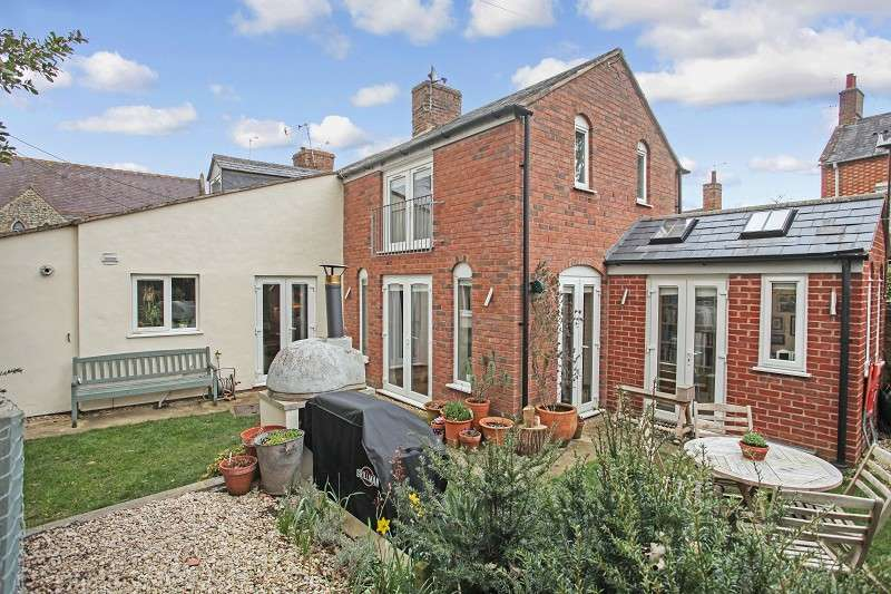 2 Bedrooms End Of Terrace House for sale in New Street, Shipston-on-stour, Warwickshire. CV36 4EN