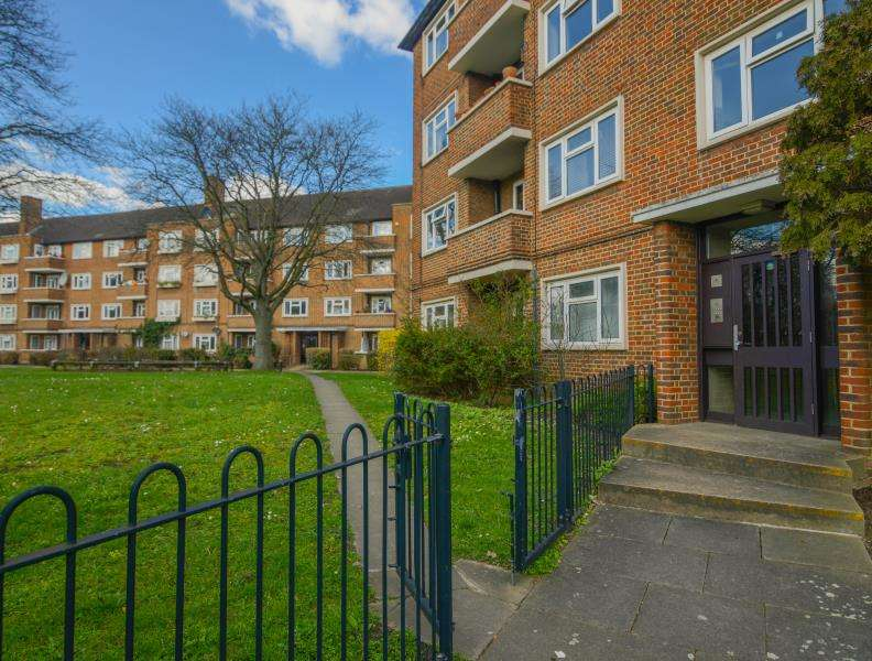 2 Bedrooms Flat for sale in The Willoughbys, East Sheen, SW14