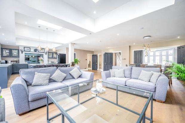 4 Bedrooms Semi Detached House for sale in Leatherhead, Surrey