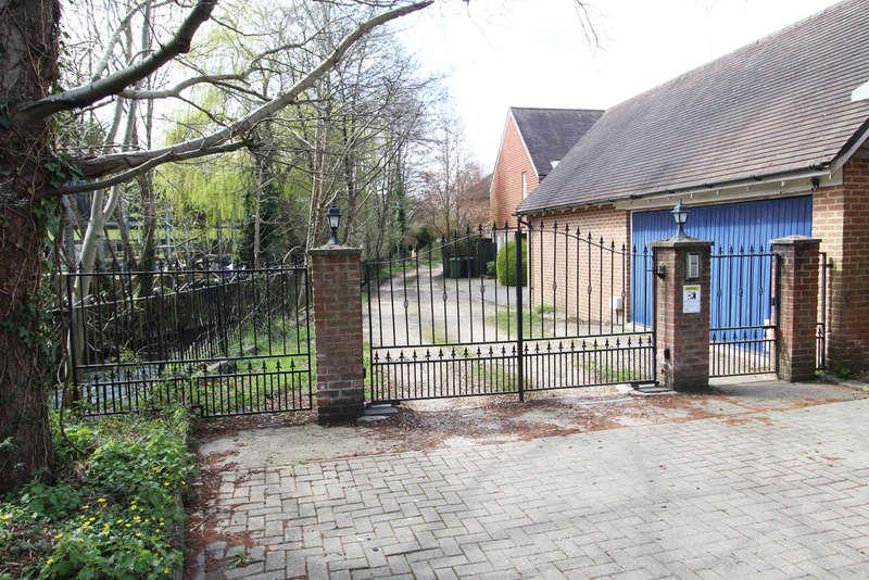 4 Bedrooms Semi Detached House for sale in Meonside Court, Wickham