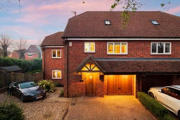 4 Bedrooms Semi Detached House for sale in Water Lane, Greenham, RG19